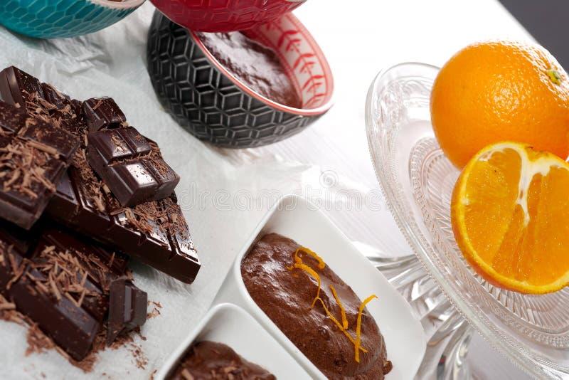 Chiuda su della mousse di cioccolato fondente con l'arancia fotografia stock libera da diritti