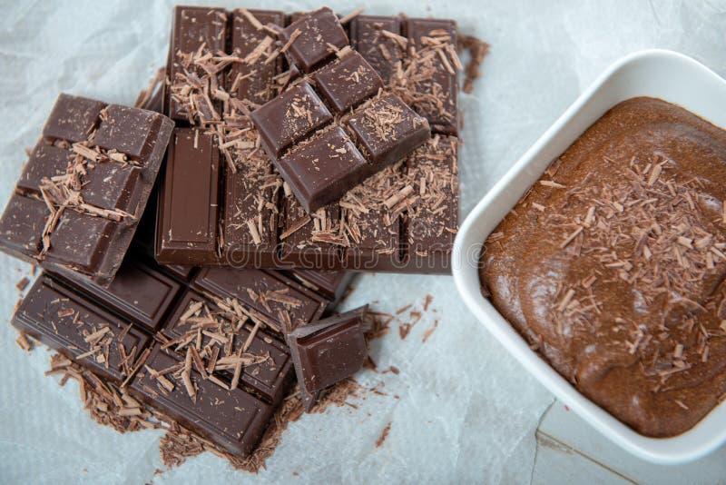 Chiuda su della mousse di cioccolato fondente con le compresse fotografia stock
