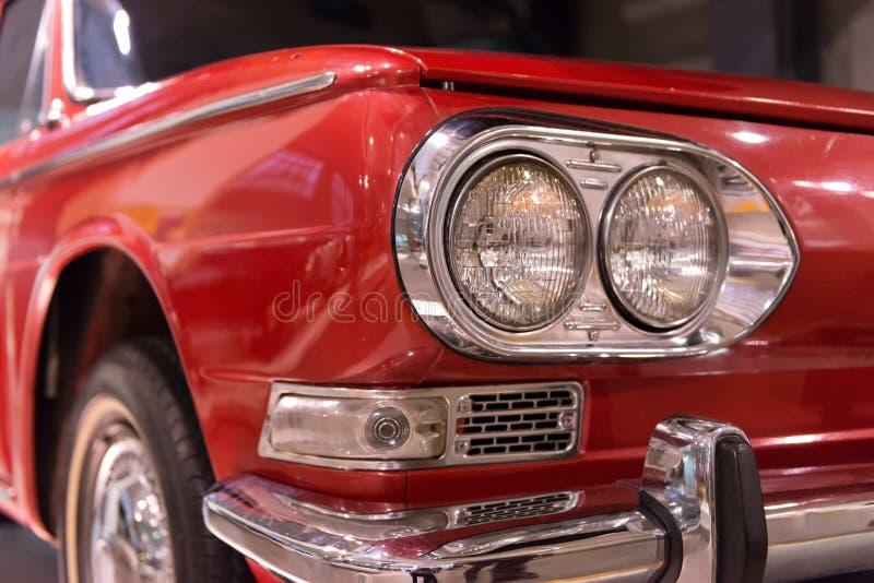 Chiuda su della parte anteriore d'annata dell'automobile fotografie stock