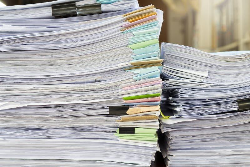 Chiuda su della pila delle carte d'ufficio sullo scrittorio Mucchio dei documenti non finiti sulla scrivania immagini stock libere da diritti