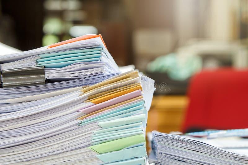 Chiuda su della pila di documenti di affari sullo scrittorio, riferisca la pila di carte immagine stock