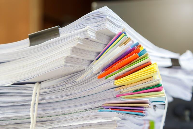 Chiuda su della pila di documenti di affari sullo scrittorio, riferisca la pila di carte fotografie stock