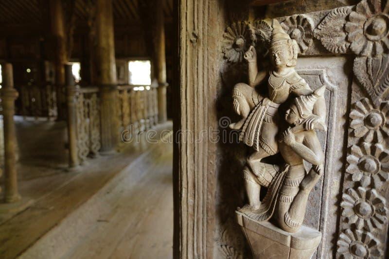 Chiuda su della porta scolpita in tempio buddista immagine stock