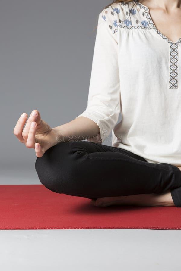 Chiuda su della posa di meditazione fotografia stock
