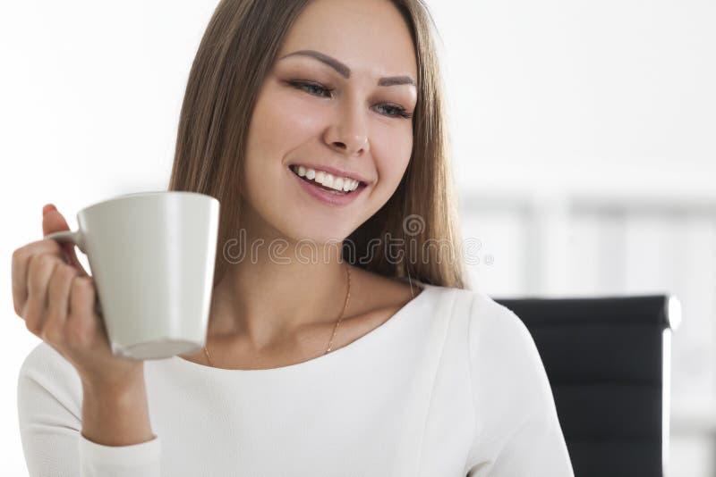 Chiuda su della ragazza positiva con sorridere del caffè fotografia stock