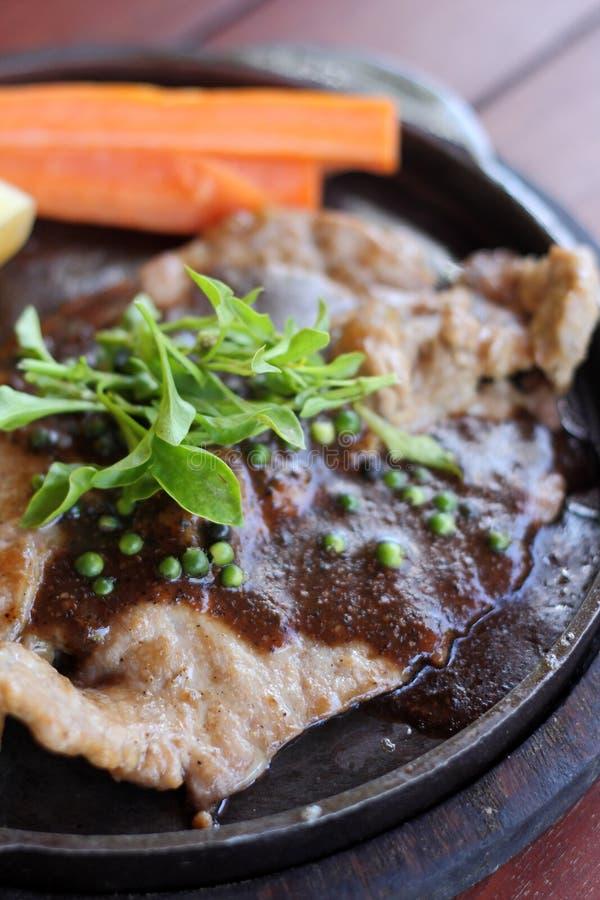 Chiuda su della ricetta arrostita delle bistecche immagini stock