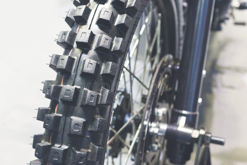 Chiuda su della ruota del motociclo, pneumatico del fuoco fotografie stock