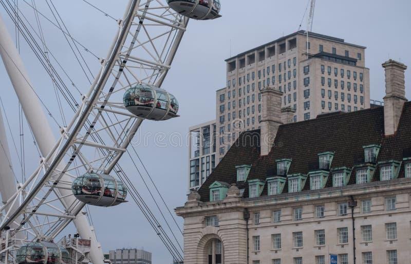 Chiuda su della ruota di ferris di London Eye, attrazione turistica accanto al Tamigi in Waterloo, Londra fotografia stock libera da diritti