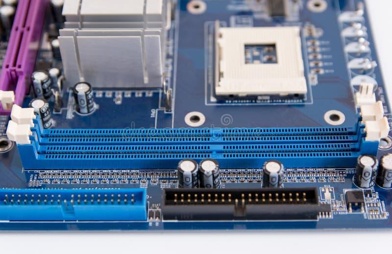 Chiuda su della scanalatura del connettore di RAM sulla scheda madre del PC fotografia stock