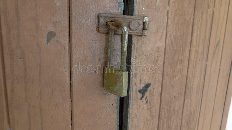 Chiuda su della serratura di porta di scuola tailandese immagine stock