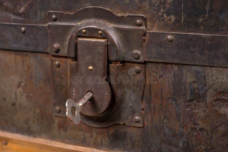 Chiuda su della serratura e della chiave del tronco di legno antico fotografie stock libere da diritti