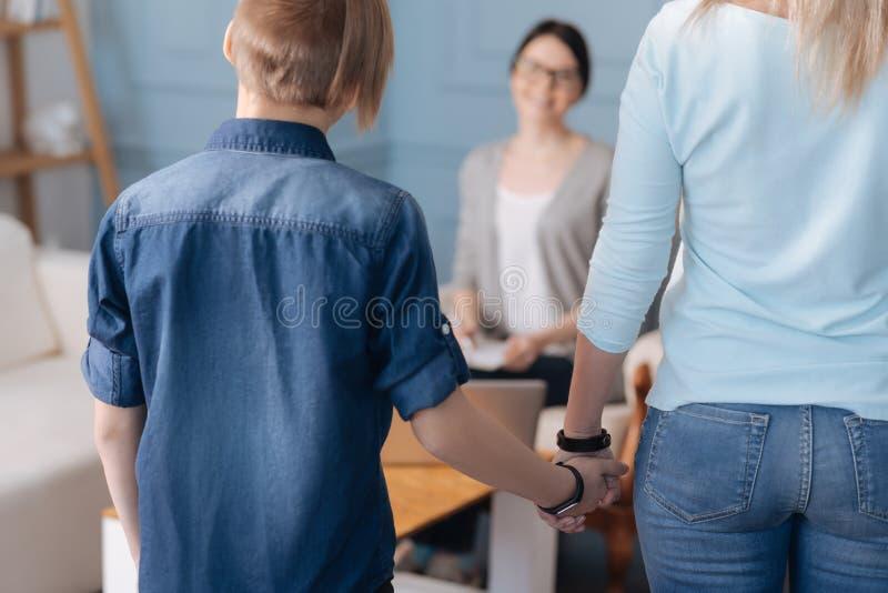 Chiuda su della siluetta del bambino e della femmina fotografie stock