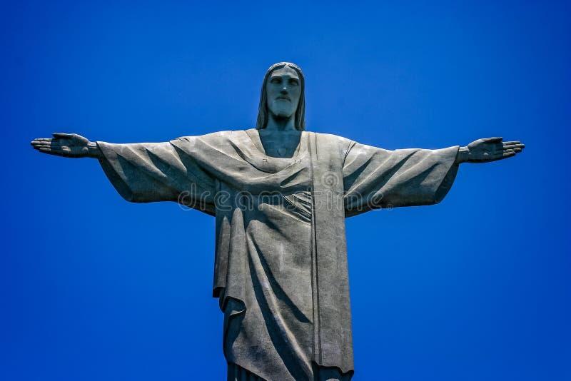 Chiuda su della statua di Cristo il redentore, la montagna di Corcovado, Rio de Janeiro, Brasile immagine stock libera da diritti
