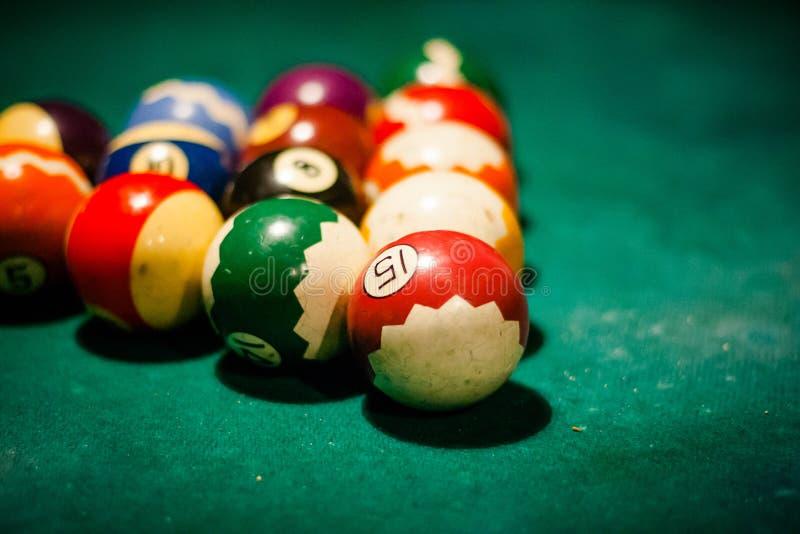 Chiuda su della tavola di biliardo con le palle nel club di spettacolo fotografie stock