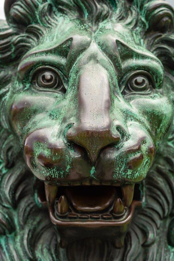 Chiuda su della testa di una scultura bronzea del leone fotografia stock libera da diritti