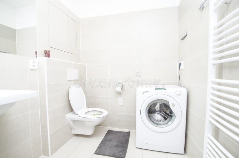 Chiuda in su della toletta bianca nella stanza da bagno moderna Più nella mia raccolta immagini stock