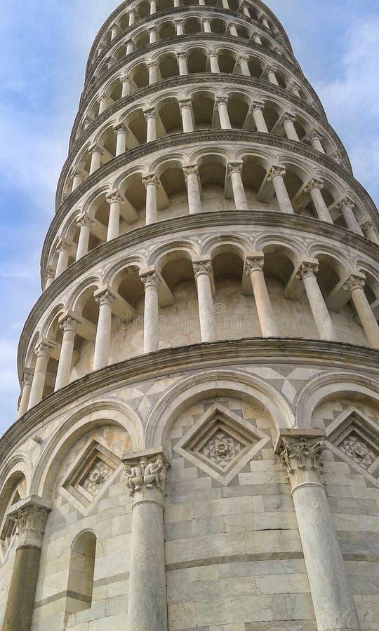 Chiuda su della torre di Pisa della cattedrale di Santa Maria Assunta immagine stock