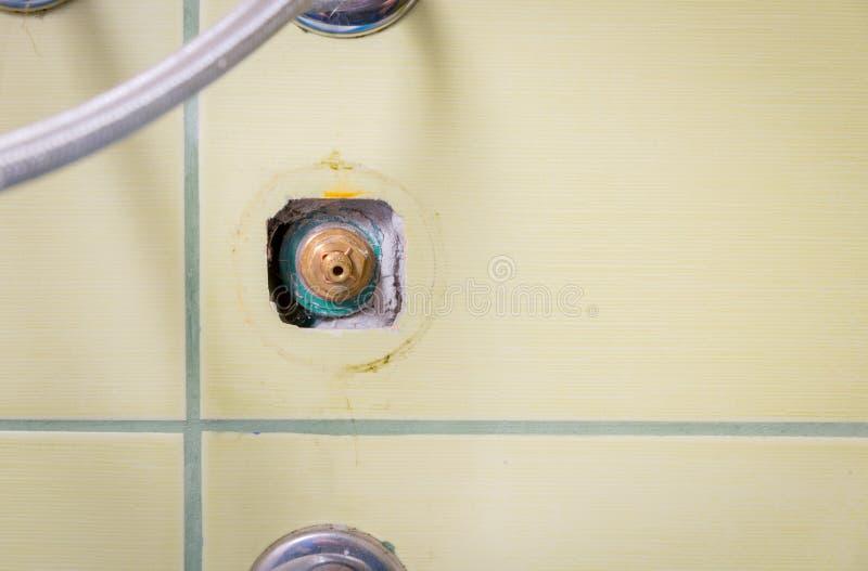 Chiuda su della valvola dell'open water nella parete nel bagno o nella cucina dopo avere scandagliato il lavoro dell'idraulico pe fotografie stock