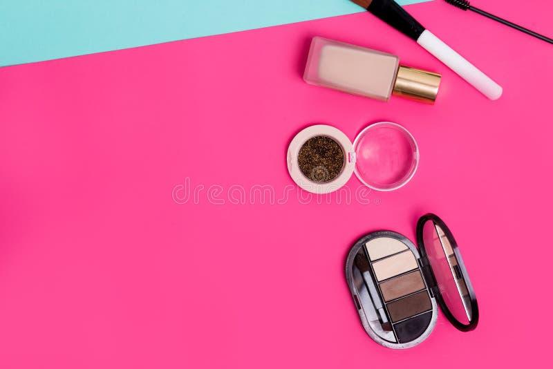 Chiuda su della vista superiore dei cosmetici della foto di disposizione del piano Bello ombretto, tono per il fronte, spazzola,  fotografie stock