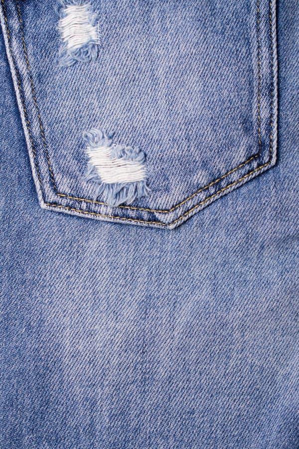 Chiuda su delle blue jeans intascano Struttura delle blue jeans immagini stock
