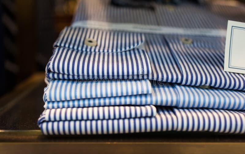 Chiuda su delle camice a strisce fotografia stock libera da diritti