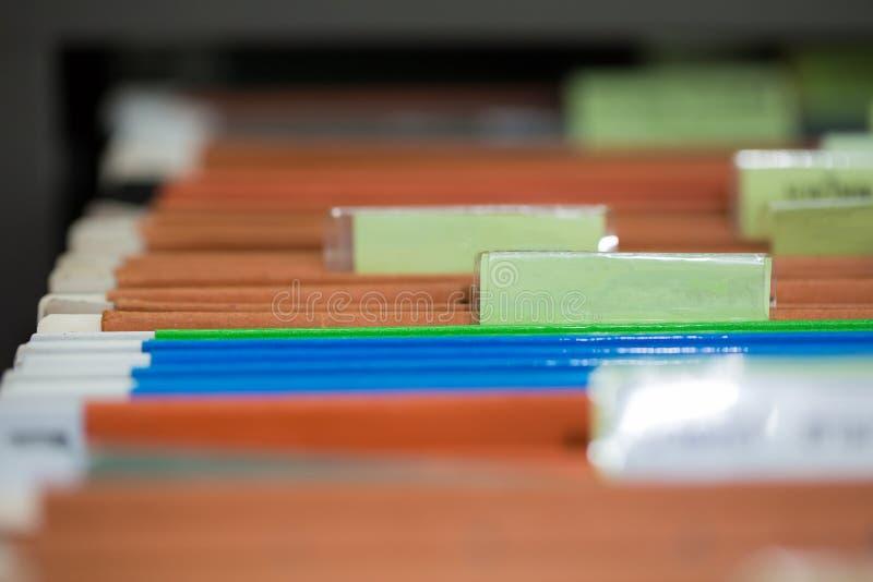 Chiuda su delle cartelle di archivio con i documenti di finanza personale fotografie stock libere da diritti