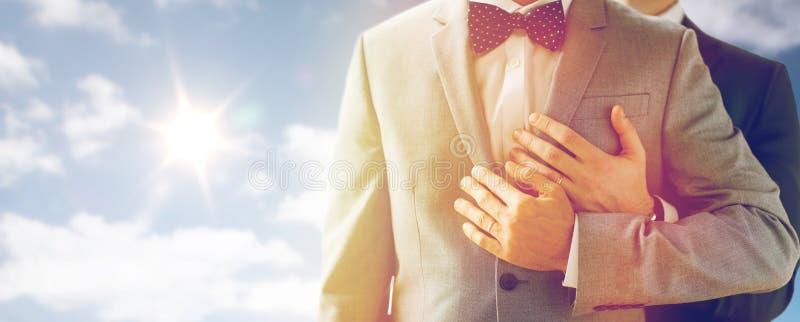 Chiuda su delle coppie gay maschii con le fedi nuziali sopra fotografie stock libere da diritti