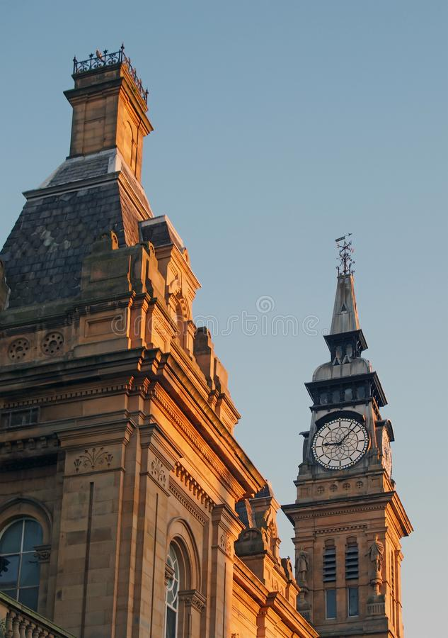 Chiuda su delle finestre del tetto e della torre di orologio dell'edificio vittoriano storico di atkinson nel southport Merseysid fotografia stock libera da diritti