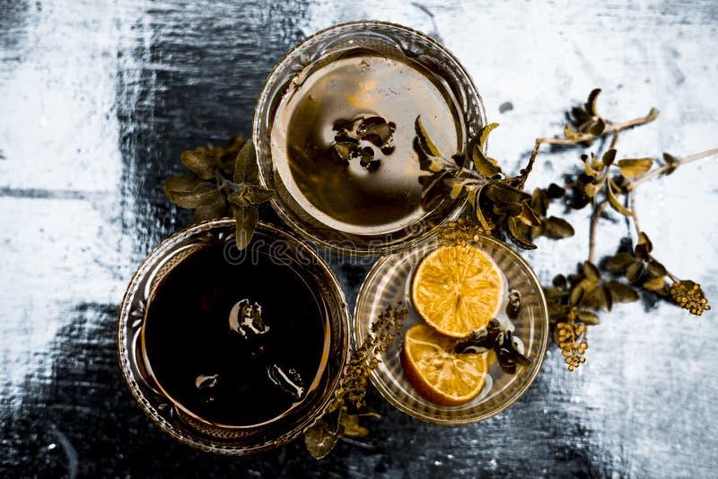 Chiuda su delle foglie fresche di basilico santo con il succo crudo di limone e del miele il rimedio domestico per curare le mala fotografia stock libera da diritti