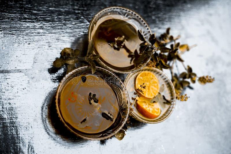 Chiuda su delle foglie fresche di basilico santo con il succo crudo di limone e del miele il rimedio domestico per curare le mala fotografie stock