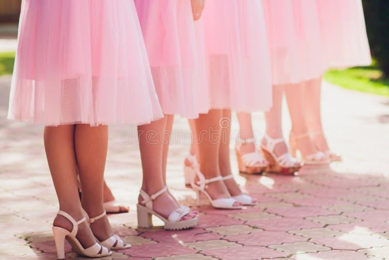 Chiuda su delle gambe esili delle scarpe d'uso del tacco alto della donna fotografie stock libere da diritti
