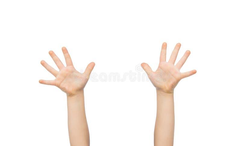 Chiuda su delle mani del piccolo bambino sollevate verso l'alto immagine stock