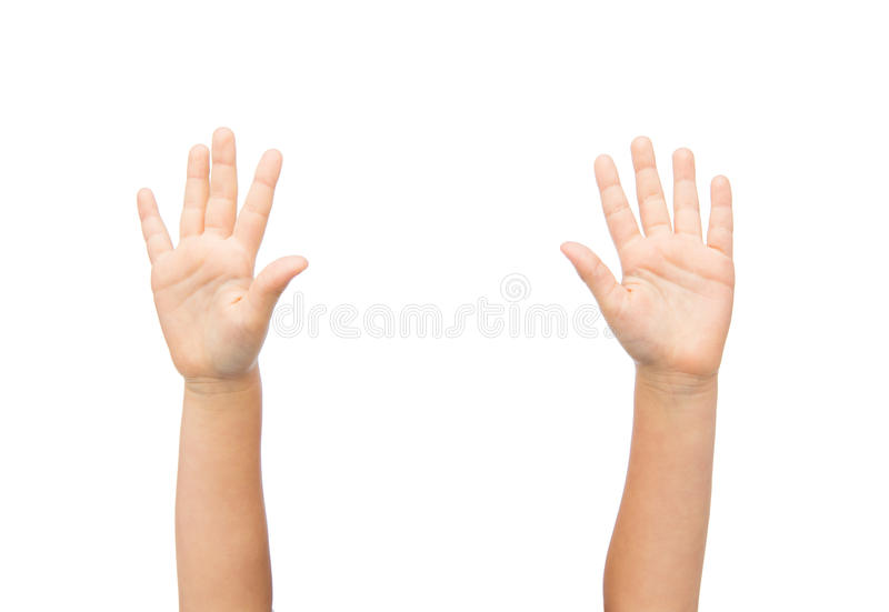 Chiuda su delle mani del piccolo bambino sollevate verso l'alto immagine stock libera da diritti