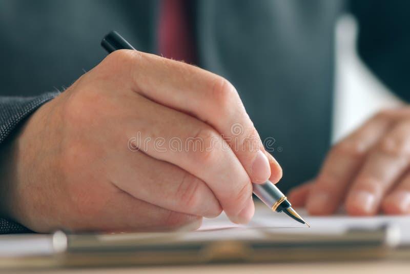 Chiuda su delle mani della donna di affari che firmano l'accordo di affari e del contratto immagini stock libere da diritti