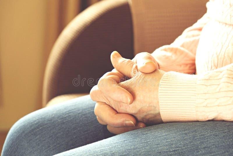 Chiuda su delle mani della donna matura Sanità che dà, casa di cura Amore dei genitori della nonna Vecchie malattie relative all' immagine stock