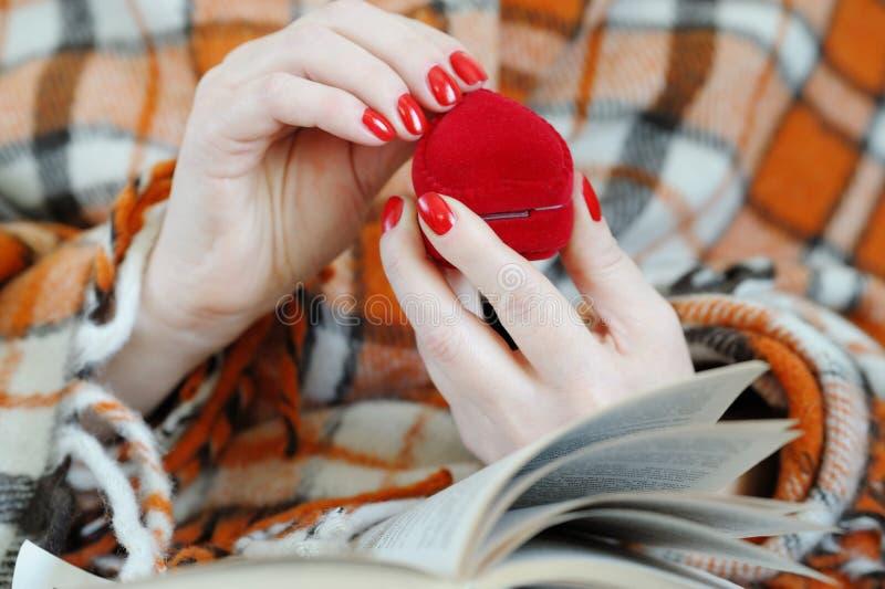 Chiuda su delle mani femminili che tengono il cuore rosso fotografia stock libera da diritti