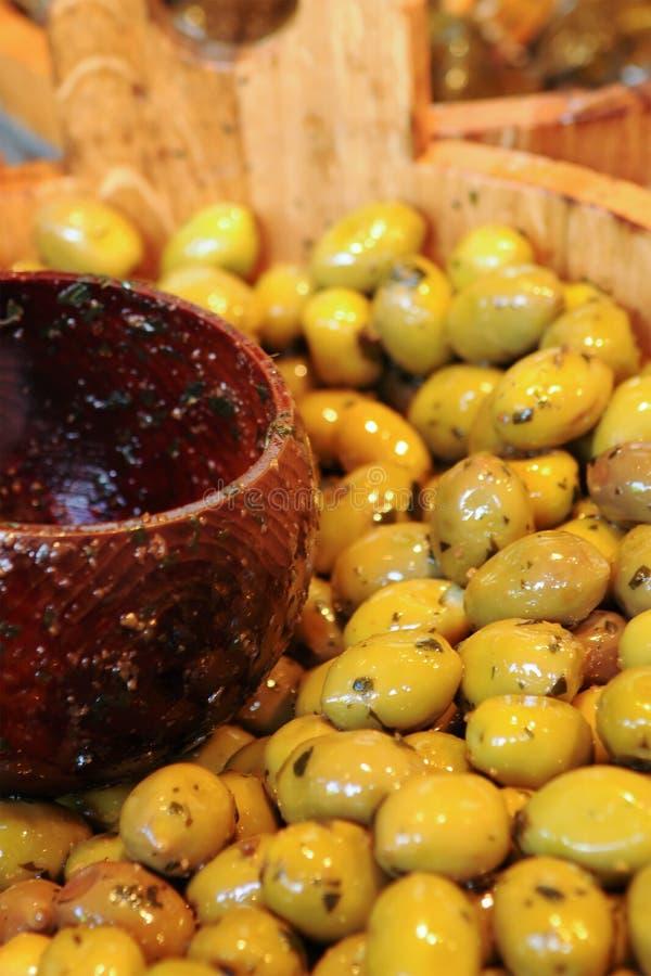 Chiuda in su delle olive da vendere al servizio fotografia stock