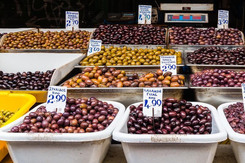 Chiuda su delle olive greche miste nel mercato a Atene Grecia immagini stock