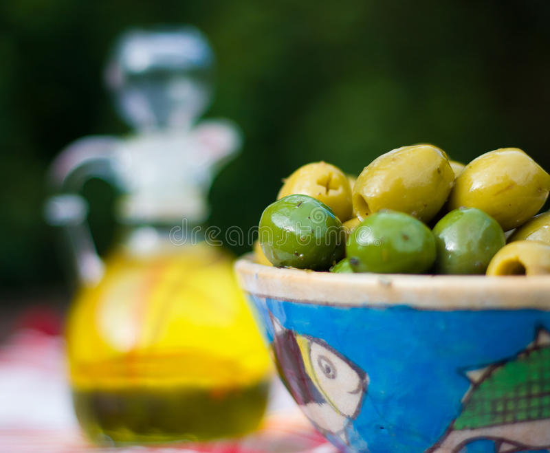Chiuda su delle olive in una ciotola fotografie stock libere da diritti