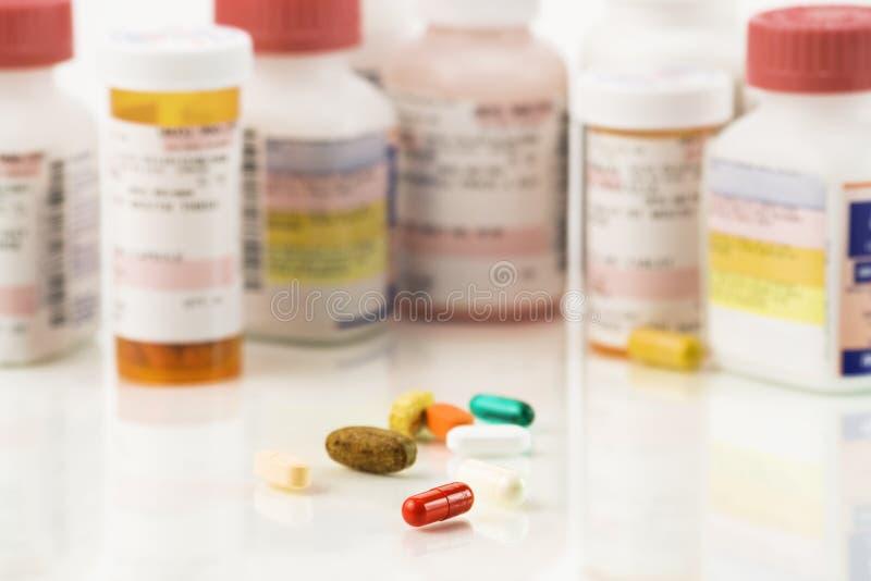 Chiuda in su delle pillole assorted e delle prescrizioni immagine stock