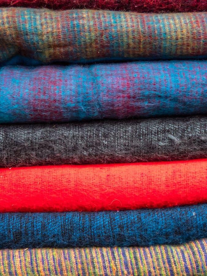 Chiuda su delle sciarpe impilate della lana dei yak fotografia stock