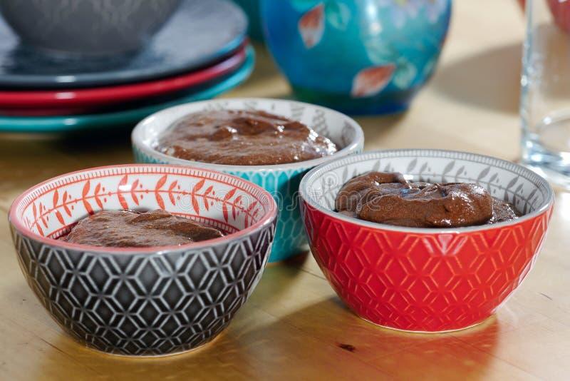 Chiuda su delle tazze con la mousse di cioccolato fondente immagine stock libera da diritti