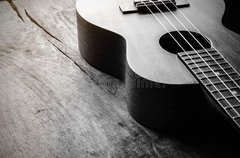 Chiuda su delle ukulele su vecchio fondo di legno fotografia stock libera da diritti