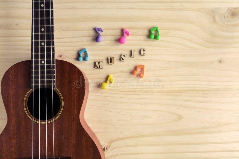 Chiuda su delle ukulele su vecchio fondo di legno immagine stock libera da diritti