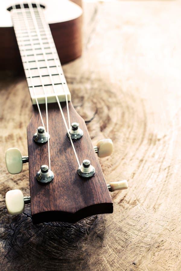 Chiuda su delle ukulele su vecchio legno strutturato fotografie stock libere da diritti