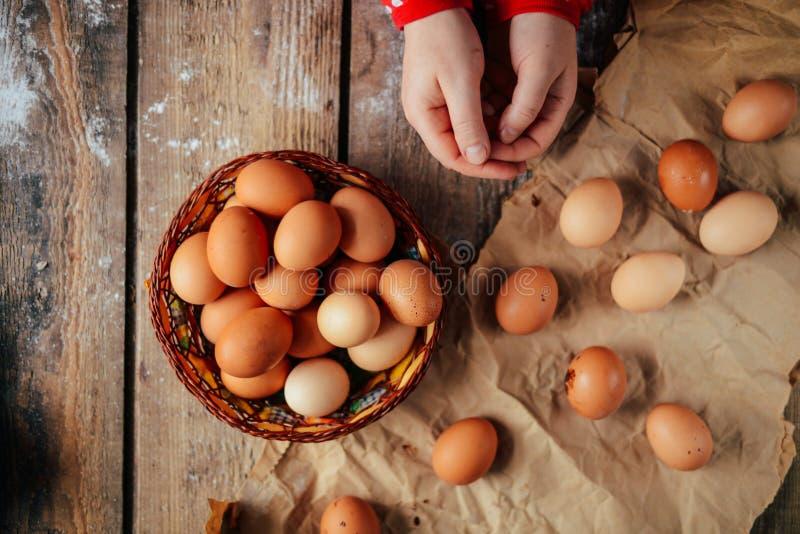 Chiuda su delle uova in un canestro Vista superiore delle uova in ciotola Brown e fotografie stock libere da diritti