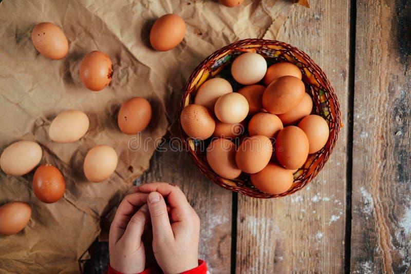 Chiuda su delle uova in un canestro Vista superiore delle uova in ciotola Brown e fotografia stock