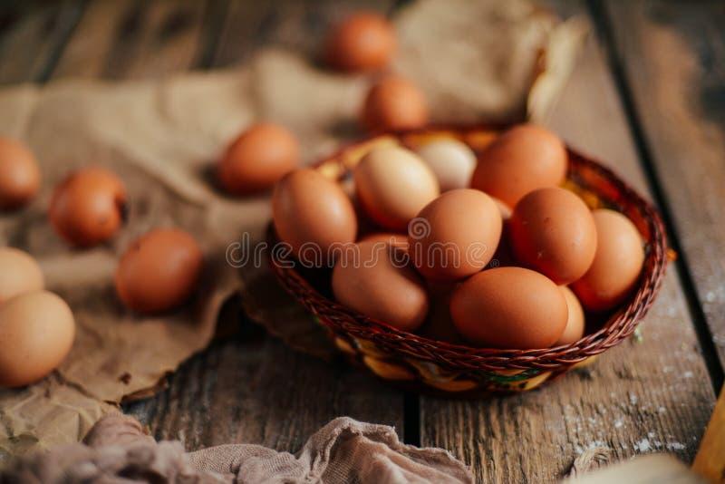 Chiuda su delle uova in un canestro Vista superiore delle uova in ciotola Brown e fotografie stock