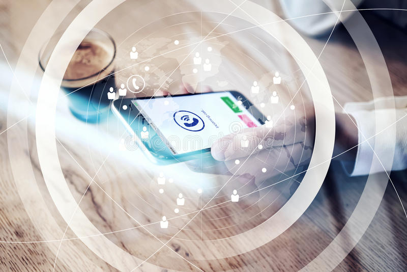 Chiuda su dello smartphone generico di progettazione con le icone di chiamata in arrivo che tengono in mano femminile Interfaccia royalty illustrazione gratis