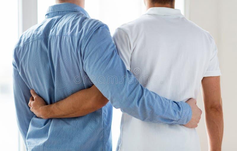 Chiuda su di abbracciare gay maschio felice delle coppie fotografia stock libera da diritti